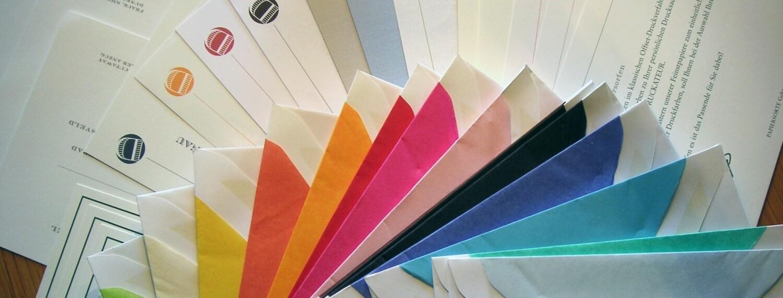 Seidengefütterte Umschläge und Papiermuster